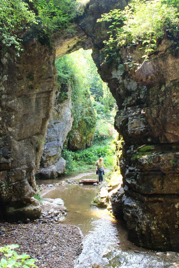 Il torrente Magiaiga sotto un ponte naturale.