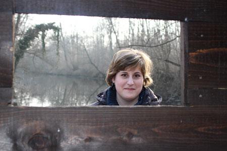 Eleonora davanti alla finestrella di un capanno