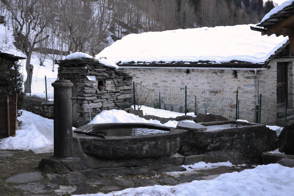 Di fronte al Museo Walser di Pedemonte, la fontana...