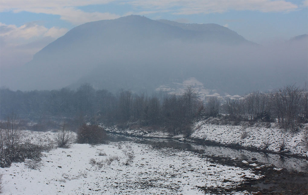 Fiume Sesia in inverno, Monte Fenera verso N.E: