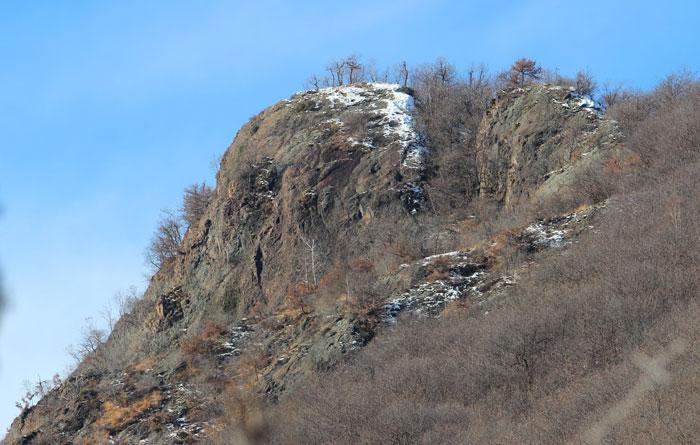 """La parete  della Croana come appare dal  segnavia 704, noto anche come """"Sentiero della Brenta""""."""