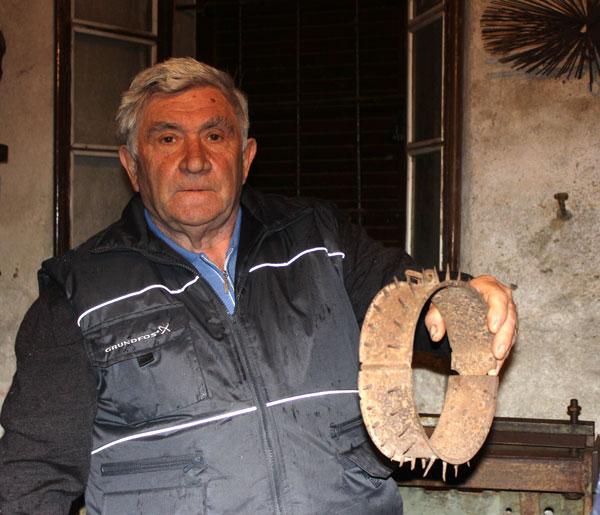 Un collare con spuntoni di ferro per proteggere i cani dalle zanne dei lupi