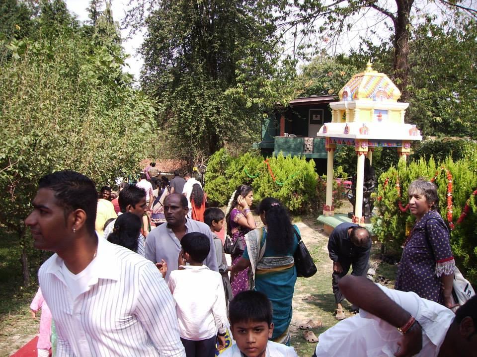 Folla che si avvicina al tempio