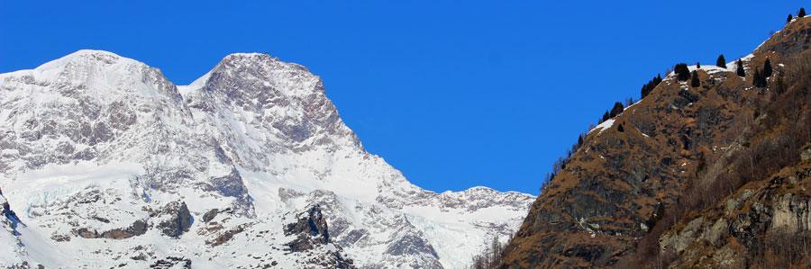Sullo sfondo, il Monte Rosa, sulla destra un versante in parte boscato.