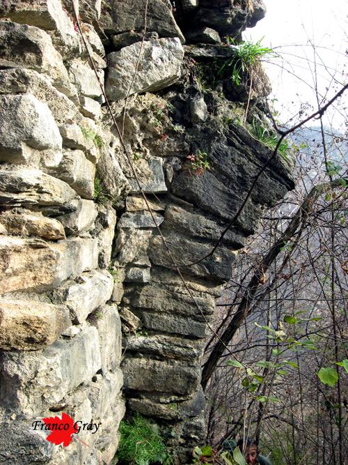 ruderi dell'arco di ingresso al castello dei Barbavara.