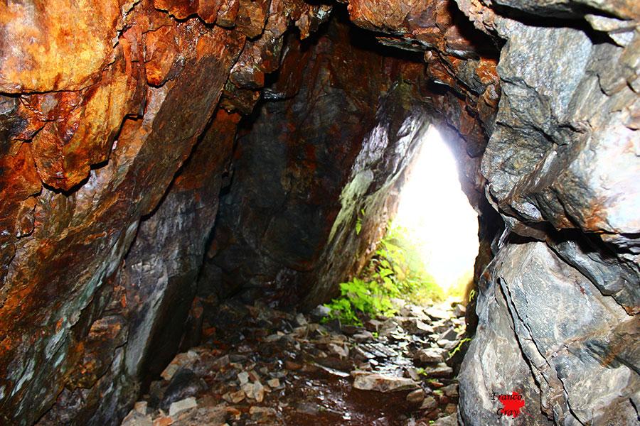 Luce che si insinua nei cunicoli di una vecchia miniera abbandonata
