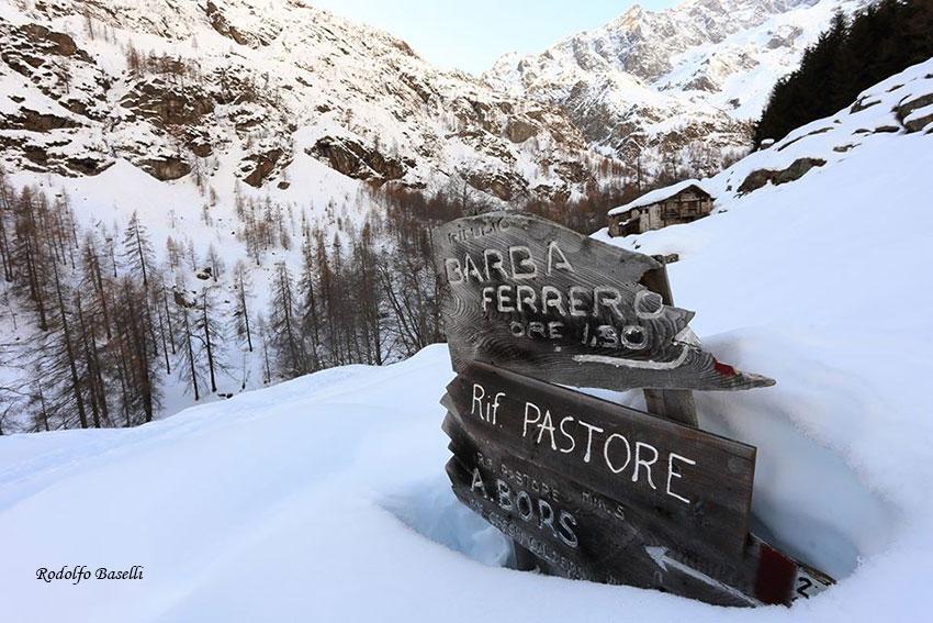 Cartelli presso il Rifugio pastore (Foto: Rodolfo Labelli)