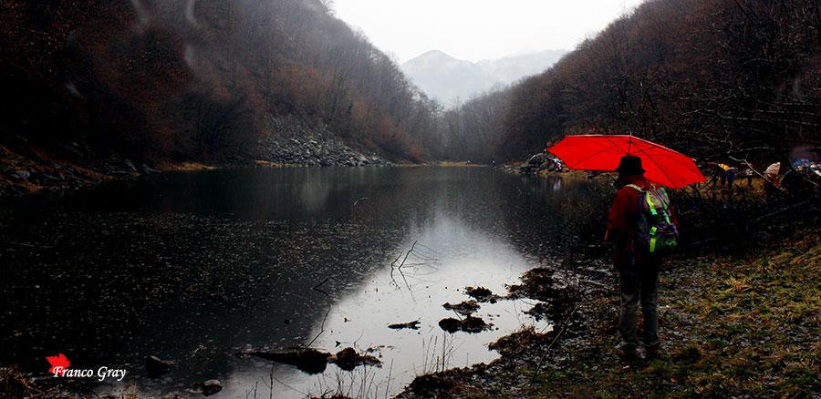 Lago di sant'Agostino sotto la pioggia, fine marzo  (Foto: Franco Gray)